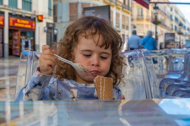 Widok małej dziewczynki mającej lody