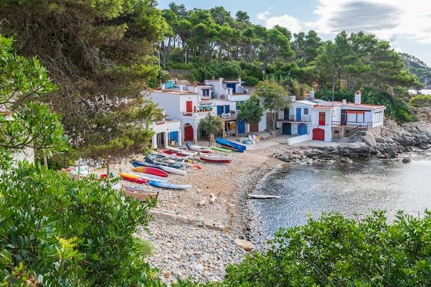 Widok małej wioski rybackiej na wybrzeżu costa brava.