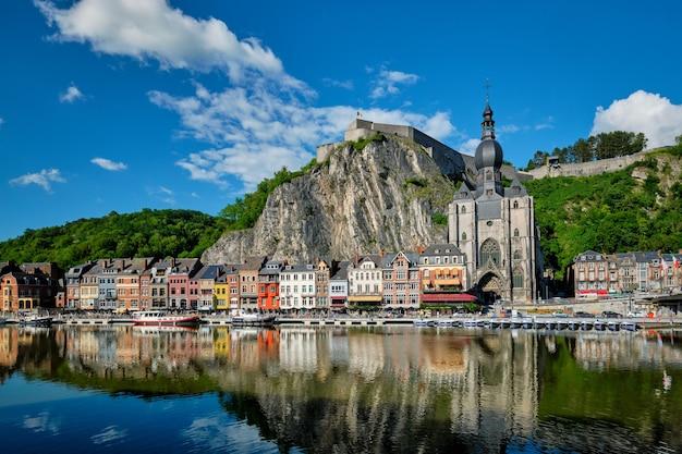 Widok malowniczego miasta dinant w belgii