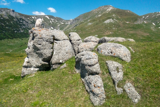 Widok mały sfinks w karpackich górach, bucegi naturalny park, rumunia