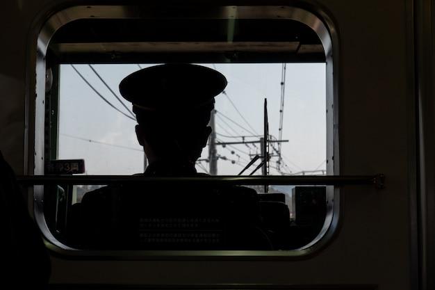Widok maszynisty na kolej w języku japońskim, konduktor kolejowy.