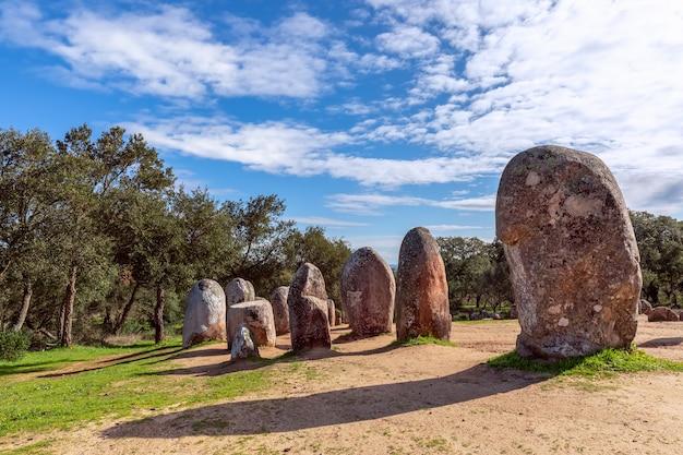 Widok megalitycznego kompleksu almendres cromlech (cromelelique dos almendres) evora, region alentejo, portugalia