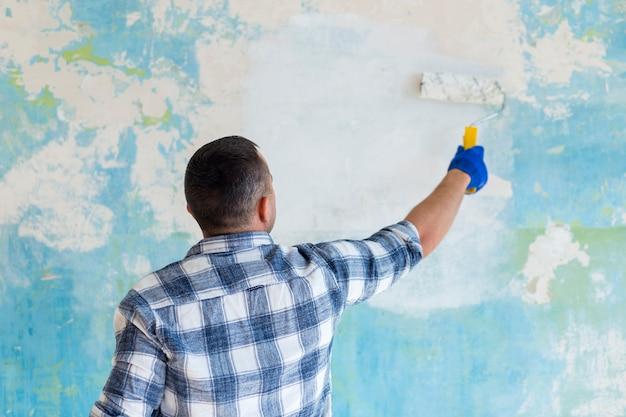 Widok mężczyzny trzyma wałek do malowania z tyłu