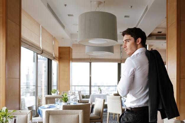 Widok mężczyzny w restauracji z tyłu
