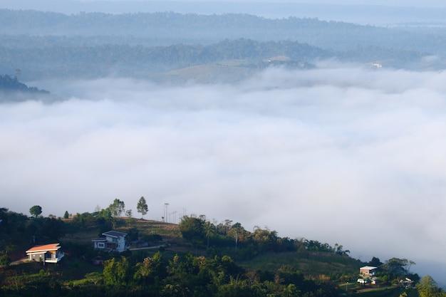 Widok mgła na górze przy khao kho, phetchabun, tajlandia.