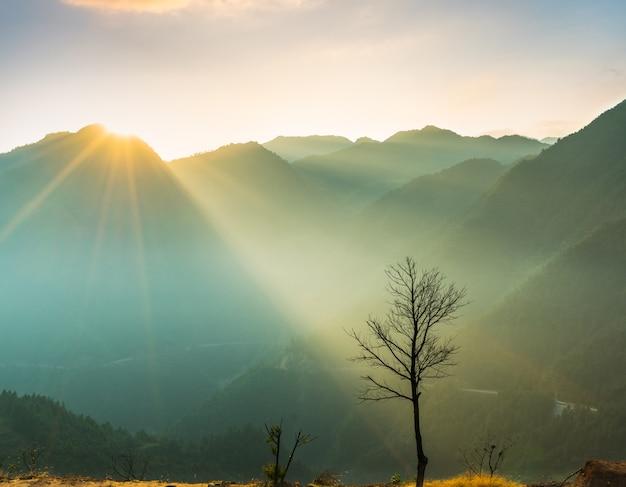 Widok mglisty krajobraz górski