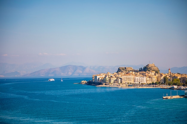 Widok miasta korfu z wody, grecja