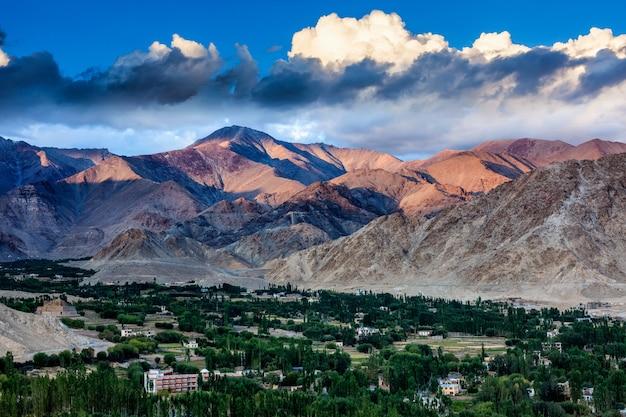 Widok miasta leh z góry ze stupy shanti na zachód słońca. ladakh, dżammu i kaszmir, indie