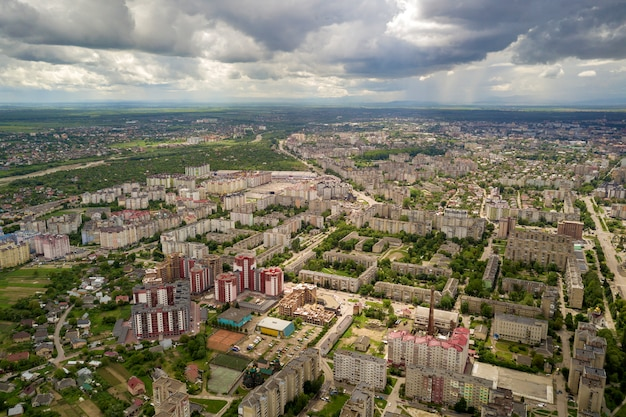 Widok miasta lub miasteczka z rzędami budynków i krętych ulic w lecie. krajobraz miejski z góry.
