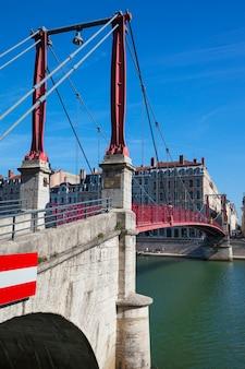 Widok miasta lyon z czerwoną kładką