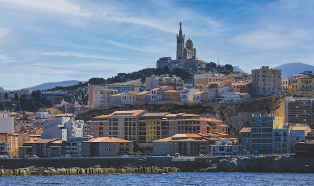 Widok miasta marsylii z kościołem notre dame de la garde, francja