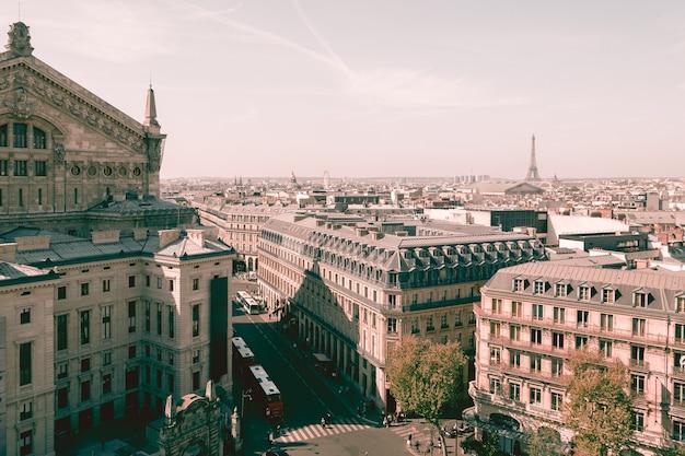 Widok miasta na piękne budynki i wieżę eiffla