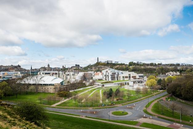 Widok miasta na stare i nowe dachy i domy ze wzgórza,
