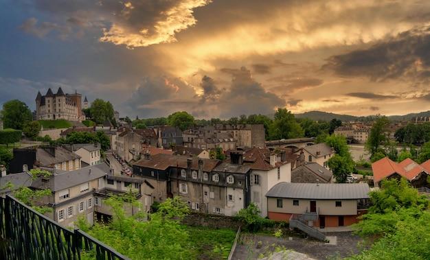 Widok miasta pau we francuskim mieście w akwitanii