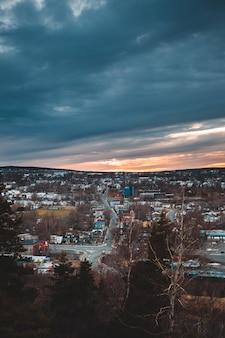 Widok miasta pod zachmurzonym niebem