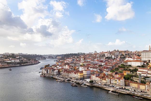 Widok miasta porto z miasta vila nova de gaia w portugalii, 05 listopada 2019
