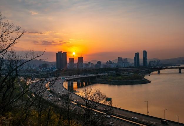 Widok miasta seul i wieża korei południowej
