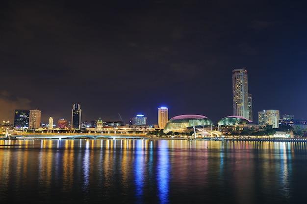Widok miasta singapur w nocy