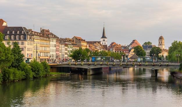 Widok miasta strasburg nad rzeką ill