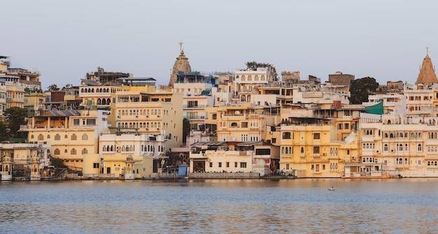 Widok miasta udaipur nad jeziorem pichola w godzinach porannych, radżastan, indie.