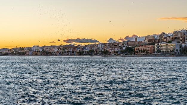 Widok miasta villajoyosa z portu rybackiego o zachodzie słońca, alicante, hiszpania.