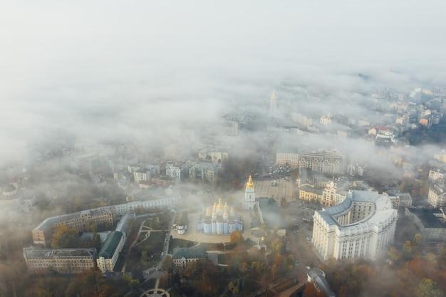 Widok miasta we mgle