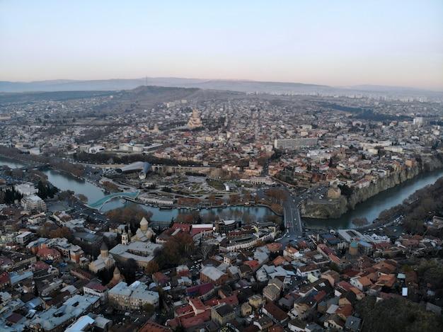 Widok miasta z rzeką