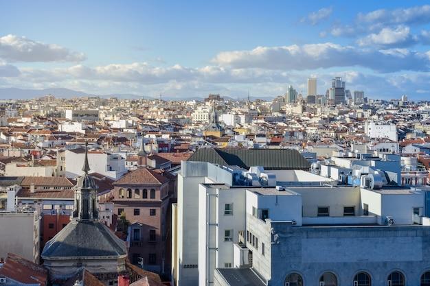 Widok miasto budynki na słonecznym dniu madryt, hiszpania