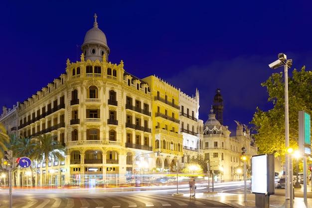 Widok miasto ulica w nocy. walencja, hiszpania