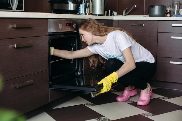 Widok młoda kobieta w żółtych ochronnych rękawiczkach