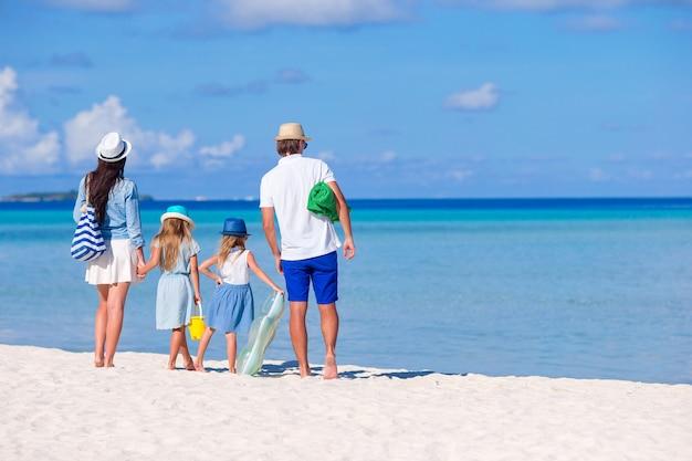 Widok młodej rodziny na tropikalnej plaży z tyłu