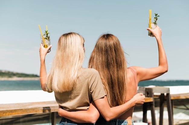 Widok młodych kobiet korzystających z lata z tyłu