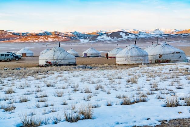 Widok mongolski ger na śnieżnym stepie w ranku