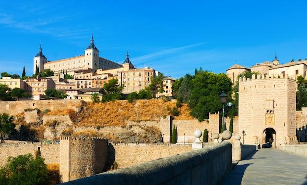 Widok na alcazar w toledo z puente w alcantara