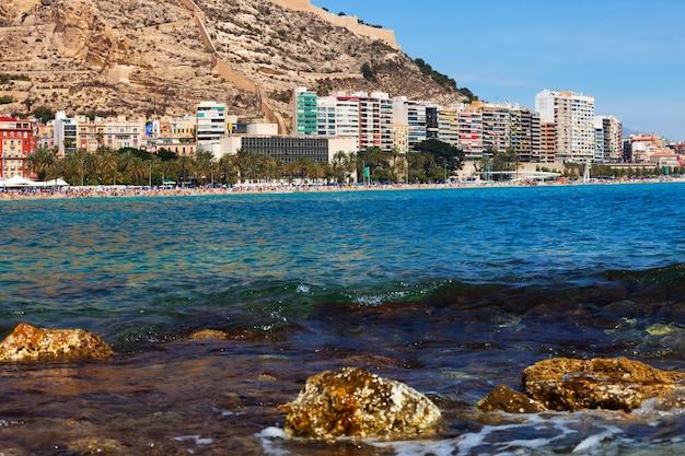 Widok na alicante z basenu morza śródziemnego