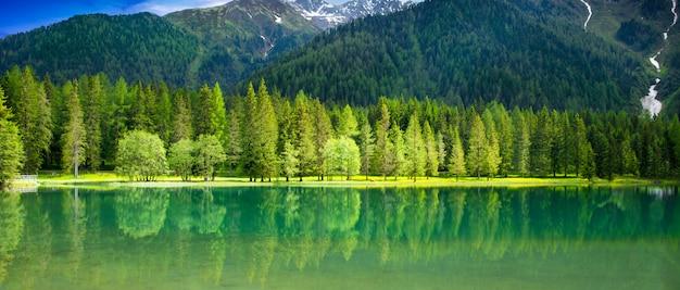 Widok na alpejskie jezioro