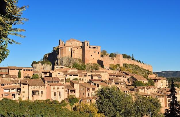 Widok na alquezar, somontano, prowincja huesca, aragon, hiszpania.