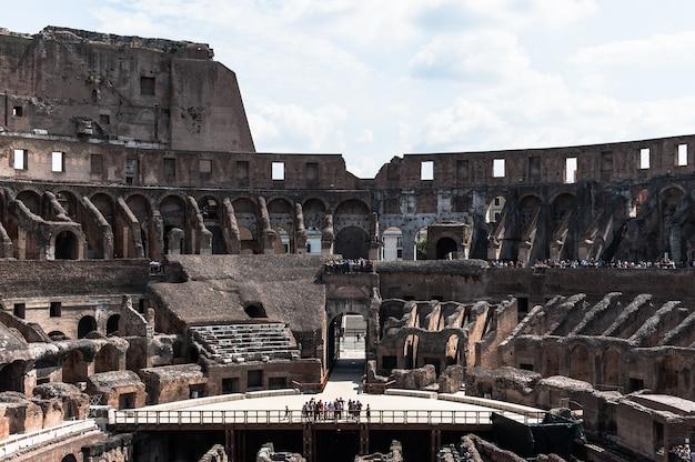 Widok na amfiteatr wewnątrz koloseum w rzymie, włochy