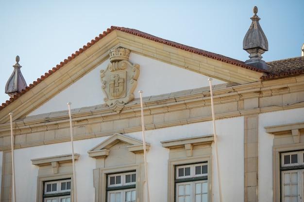 Widok na architekturę na ulicy starego miasta w faro, algarve, portugalia.