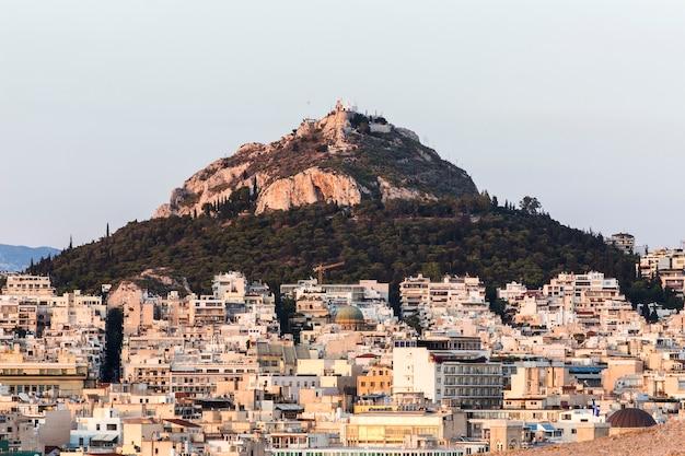 Widok na ateny i górę lykabettus o wschodzie słońca, grecja