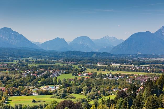 Widok na austriackie alpy w pobliżu salzburga. krajobraz gór