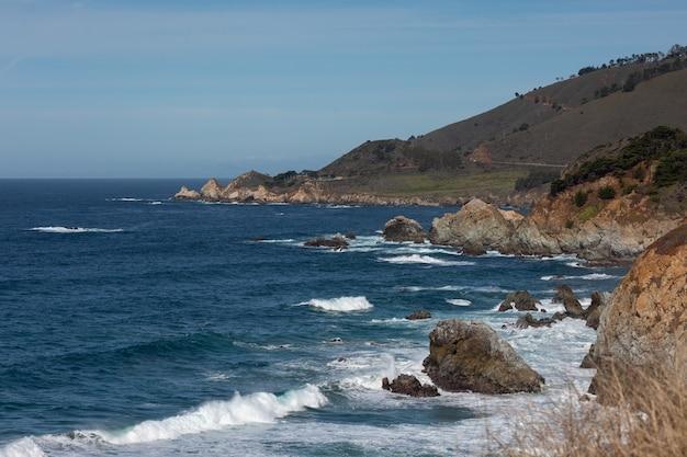 Widok na autostradę big sur wzdłuż wybrzeża kalifornii