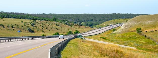 Widok na autostradę m4 don w słoneczny letni dzień. panorama. transparent.