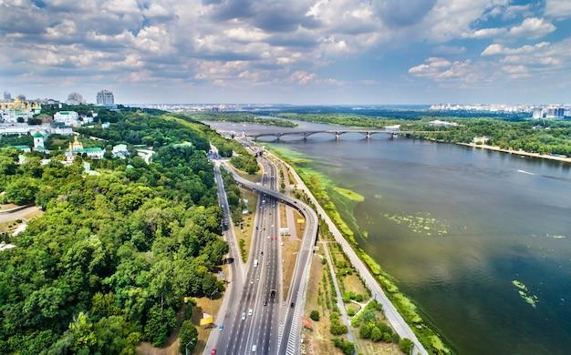 Widok na autostradę riverside w kijowie, stolicy ukrainy