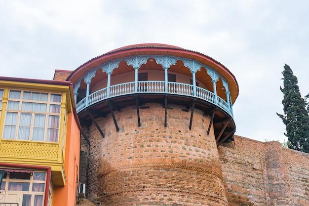 Widok na balkon pałacu królowej darejana w tbilisi