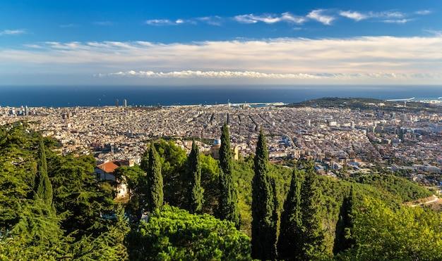 Widok na barcelonę i morze śródziemne