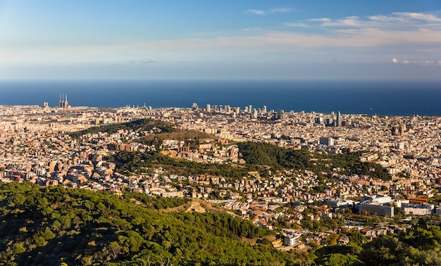 Widok na barcelonę, w tym sagrada familia i torre agbar