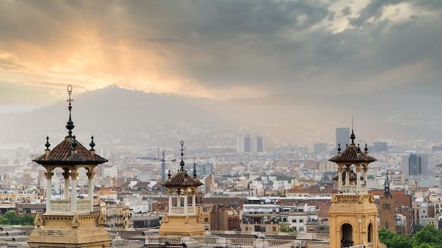 Widok na barcelonę z palau nacional, zachmurzone niebo. hiszpania