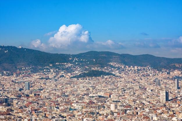 Widok na barcelonę ze wzgórza montjuic, hiszpania
