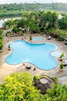 Widok na basen w hotelu